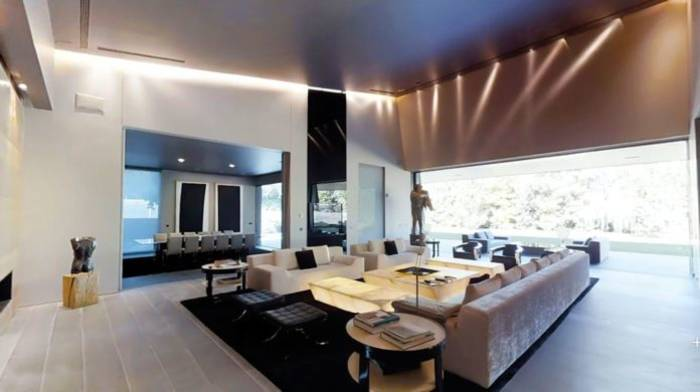 Азар живет в доме, который купил за 10 млн фунтов у обладателя трех Грэмми