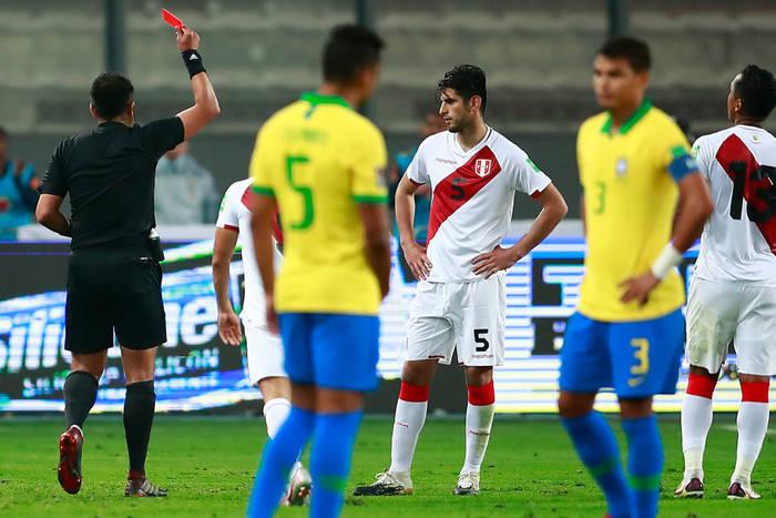 Хулио Баскуньян удаляет игрока сборной Перу