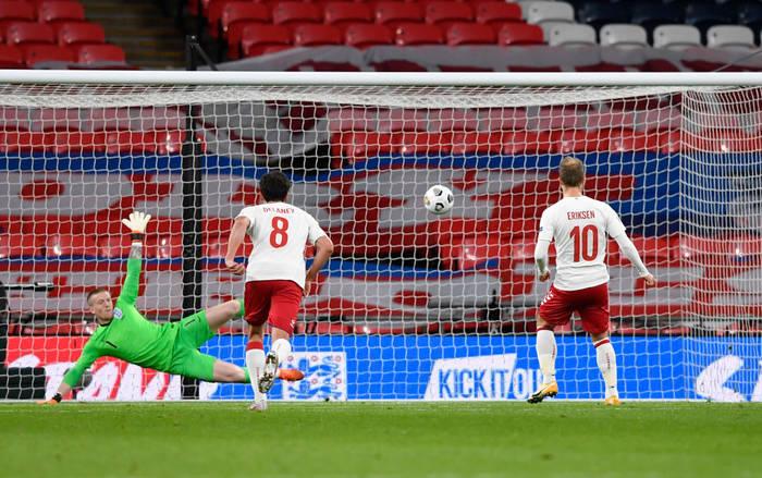 Кристиан Эриксен пробивает пенальти в матче против Англии