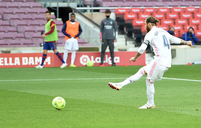 Рамос исполняет пенальти в матче против Барселоны