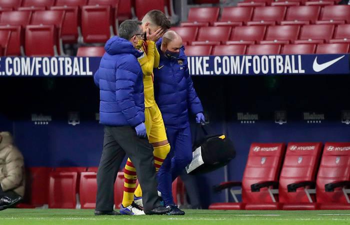 Жерар Пике покидает матч против Атлетико из-за травмы