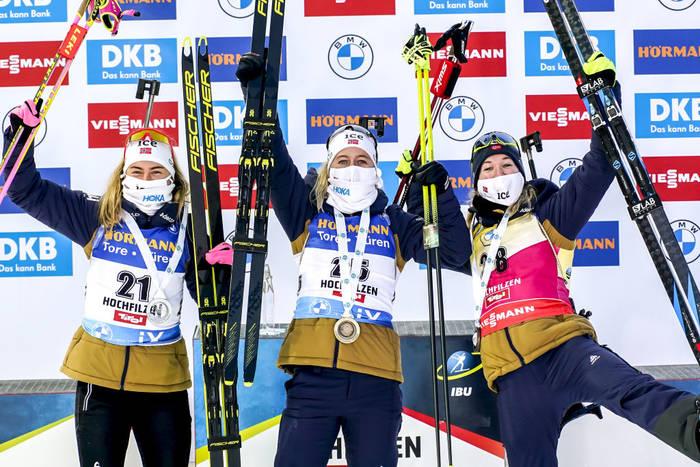 Норвежские биатлонистки на подиуме