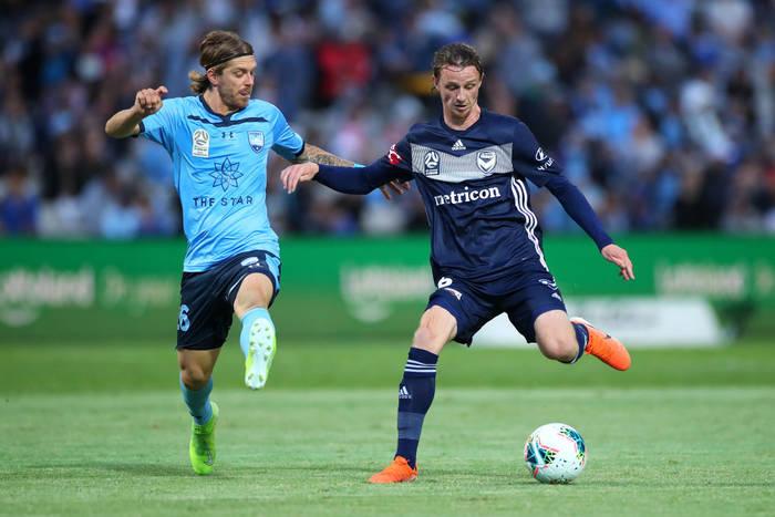 Джош Хоуп (справа) в матче за Мельбурн Виктори