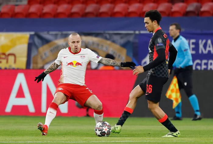 Анхелиньо пытается отобрать мяч у противника
