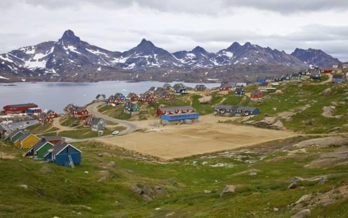 Удивительный пейзаж вокруг поля в Гренландии