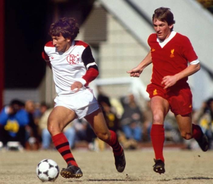 Зико в матче против Ливерпуля в 1981 году