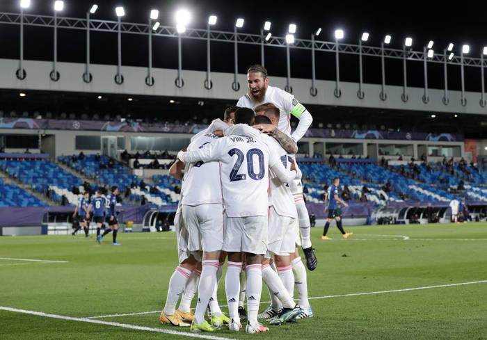 Игроки Реала празднуют гол