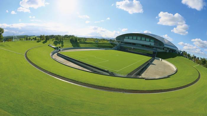 Футбольное поле за пределами крытой арены / sapporo-dome.co.jp