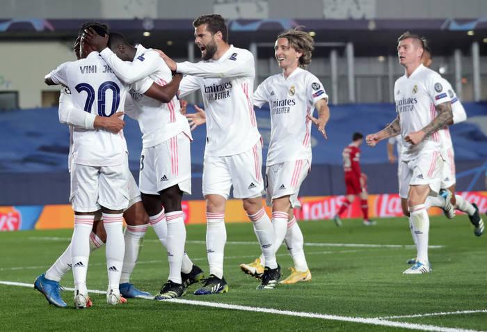 Игроки Реала празднуют очередной гол в ворота Ливерпуля