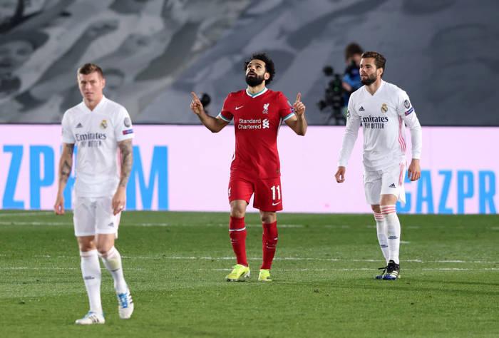 Мохамед Салах отыгрывает один мяч