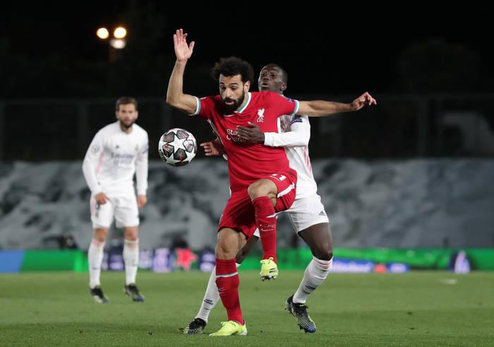 Мохамед Салах борется за мяч