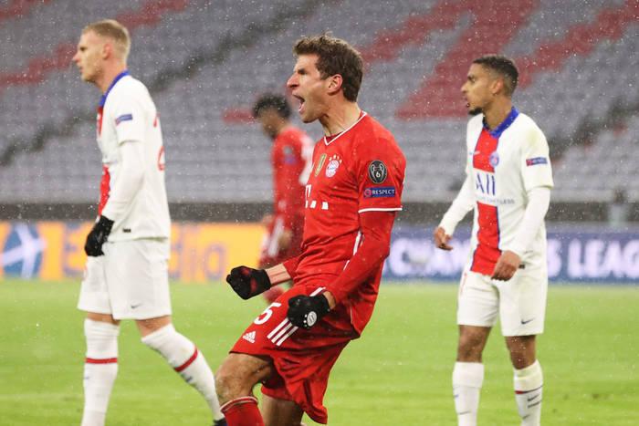 Томас Мюллер радуется забитому голу в ворота ПСЖ