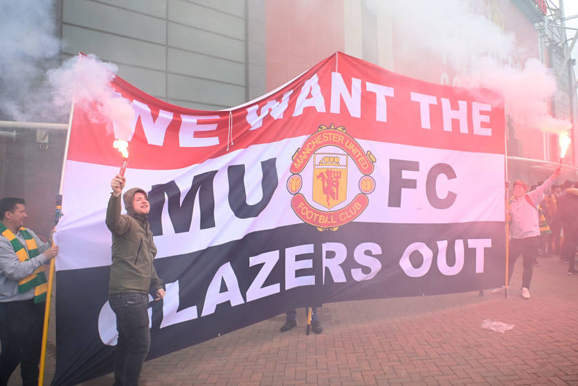 Фанаты Манчестер Юнайтед за два часа до матча против Ливерпуля ворвались на поле Олд Траффорд