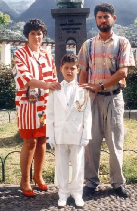 Мария Дорорес Авейру и Жозе Диниш с юным Криштиану Роналду