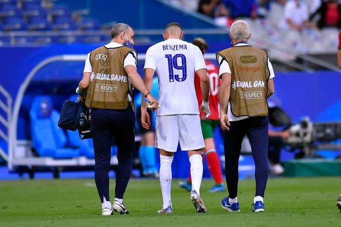 Карим Бензема покидает поле в матче против Болгарии