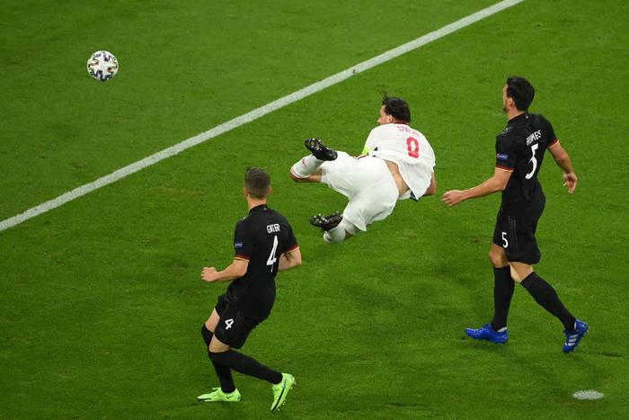 Адам салаи забивает в ворота Германии