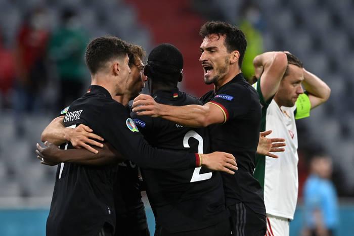 Игроки сборной Германии радуются победе