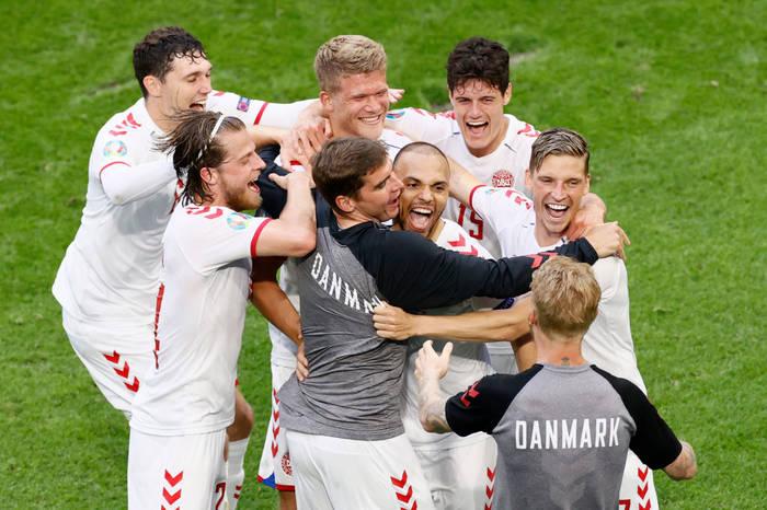 Кадр с матча Уэльс - Дания