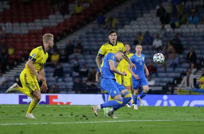 Артем Довбик в момент удара по воротам сборной Швеции