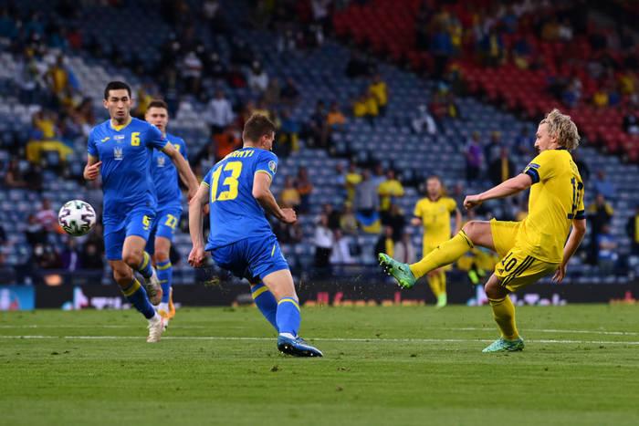 Эмиль Форсберг пробивает по воротам сборной Украины