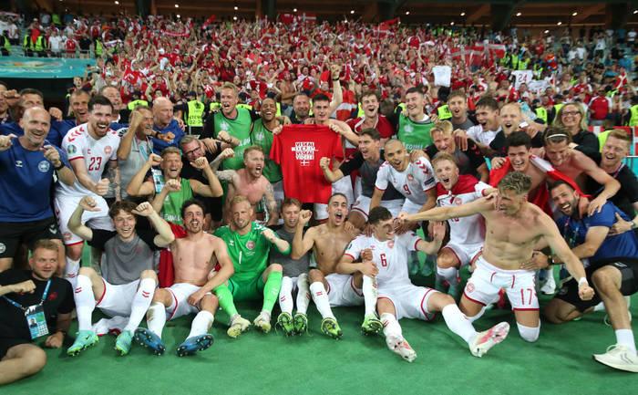 Сборная Дании празднует выход в полуфинал