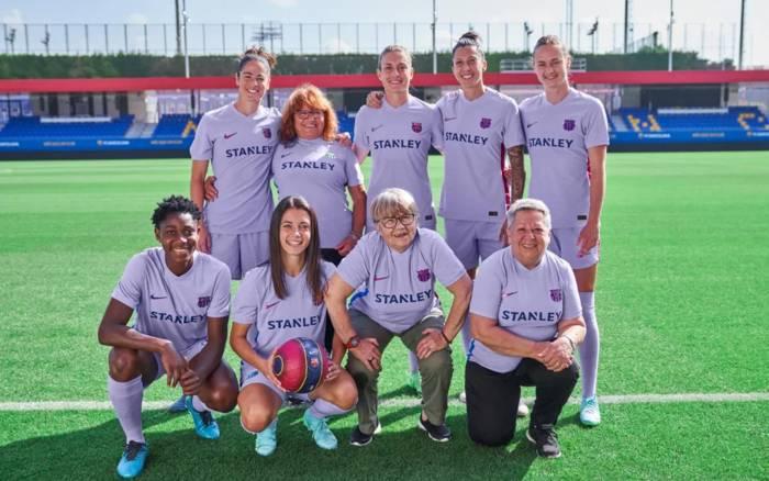 Футболистки первой и нынешней женской команды Барселоны