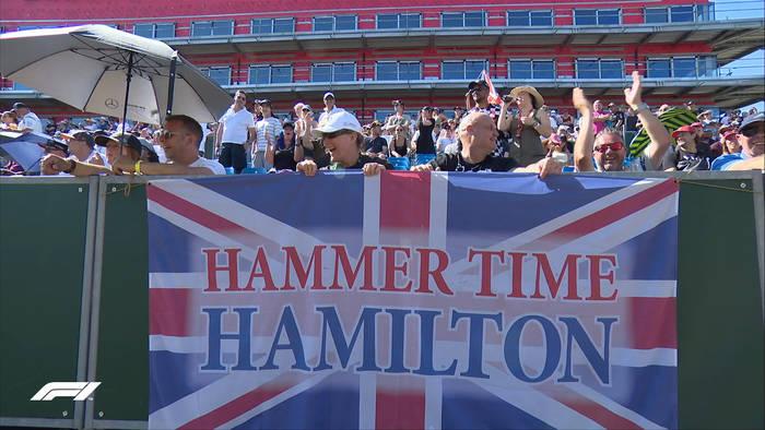 Фанаты поддерживают Льюиса Хэмилтона на Сильверстоуне