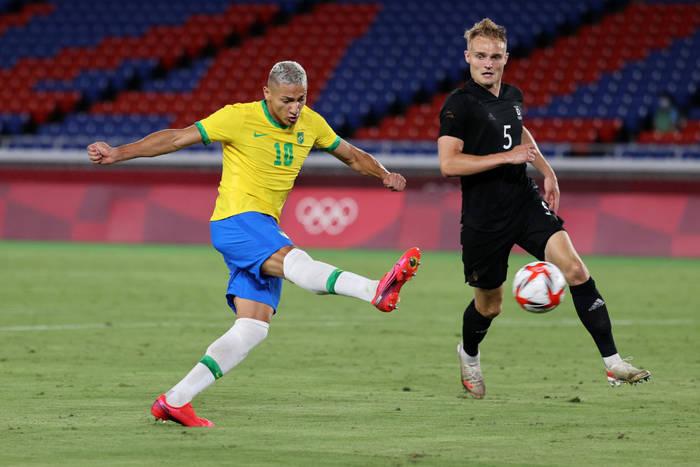 Ришарлисон в момент удара по воротам сборной Германии