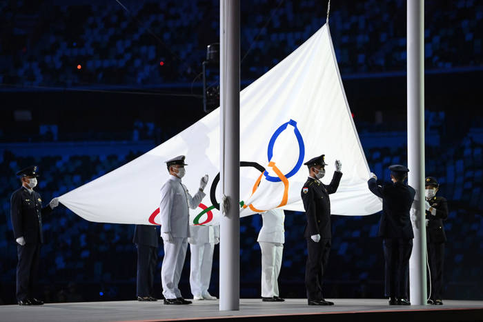 Момент поднятия флага Олимпийских игр