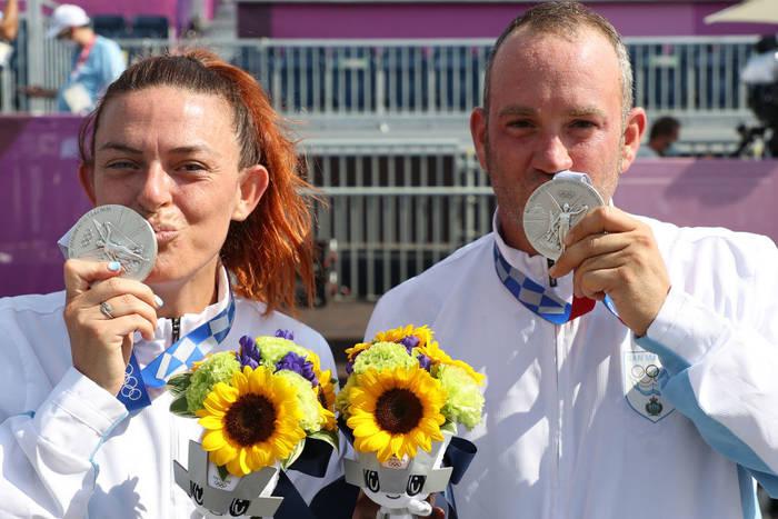 Алессандра Перилли и Джан Марко Берти из Сан-Марино с серебряной медалью по стрельбе