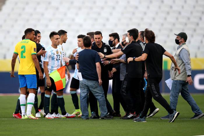Момент с остановкой матча Бразилия - Аргентина