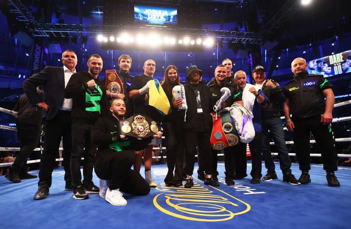 Александр Усик с командой после победы над Джошуа